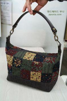 Mini sacola de retalhos com estampa retrô. Quilted Tote Bags, Patchwork Bags, Pouch Pattern, Purse Patterns, Japanese Bag, Bottle Bag, Simple Bags, Fabric Bags, Pouch Bag