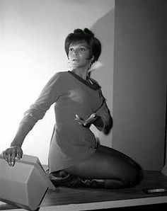 Star Trek: The Original Series - Uhura ( Nichelle Nichols ) See some beautiful new behind-the-scenes photos of Nichelle Nichol. Star Trek Series, Star Trek Original Series, Tv Series, Star Wars, Star Trek Tos, Nichelle Nichols, Star Trek 1966, Star Trek Images, Star Trek Characters