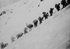 Life in the Klondike during the gold rush. Packing up Chilkoot Pass. 1898 - Library and Archives Canada / Canadian History, American History, Ruée Vers L'or, Panning For Gold, Saloon, Yukon Gold, Vintage Winter, Le Far West, Thats The Way