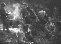 Советские солдаты на привале у костра во время проведения Южно-Сахалинской наступательной операции. 1945