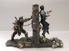 Scorpion e Sub Zero lutando na sua estante de livros. Na Z-Mart, custa US$ 79.95.