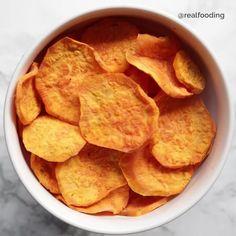 """Realfooding® on Instagram: """"CHIPS DE BONIATO . . 📝 Ingredientes: . 🔸1 boniato grande 🔸Sal 🔸Cúrcuma 🔸Orégano 🔸Pimienta . 👉 Preparación: . - Pelamos y laminamos el…"""" Snack Recipes, Healthy Recipes, Snacks, Free Recipes, Free Food, Chips, Favorite Recipes, Instagram, Grande"""