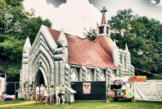 Een zomers #evenement? Huur een opblaaskerk