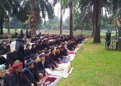 Makassar, Ratusan jamaah An-Nadzir merayakan Lebaran lebih cepat. Warga yang tinggal di Kel. Mawang, Kec. Bontomarannu, Kab. Gowa, Sulawesi Selatan, ini menggelar salat Id di area kompleks Sekolah Tinggi Penyuluh Pertanian Gowa, Rabu (7/8/2013).