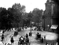 Amsterdam: Het Frederiksplein gezien van Westeinde naar Utrechtsestraat met rechts een gedeelte van het Paleis voor Volksvlijt in 1890