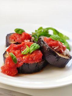 Berenjenas asadas con salsa de tomate http://cocinayvino.net/receta/principal/5764-berenjenas-asadas-con-tomates.html