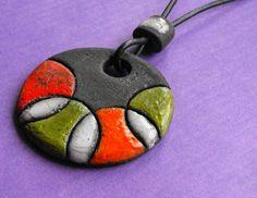 Collar de ceramica Rakú con círculos de colores. 5 por CERAMICAHUMO