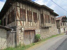 Halen kullanılan,taş evler..