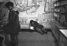 «Книжный магазин. Отдел букинистической литературы», улица Кирова, Новокузнецк, Сибирь. 21 января 1983 года. Кроме художественной значимости, датированные с точностью до дня, фото ТРИВА ценны и как исторический документ: «Для нас уличная фотография — это единственный способ свободно снимать. Мы фактически фиксировали историю своего города. Другого способа не было. Нас никуда не пускали, никуда не приглашали. Наша мотивация была—съемка нашей истории, что происходит, чем дышит город»,—…