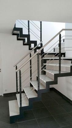 Escalera en U / estructura de metal / peldaño de madera / con zanca laterales - IBISCO C - New Living srl Diy Staircase Railing, Modern Stair Railing, Balcony Railing Design, Modern Stairs, Staircase Design, Staircases, Interior Stairs, Interior Design Living Room, Balustrade Inox