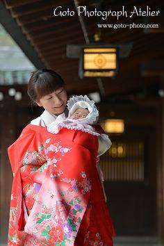 お宮参り celebrating the baby's birth and wishing the baby's healthy growth, with a grandmother on the baby's father's side after one month from the baby's birth.