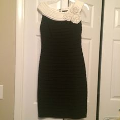 Sleeveless Dress This gorgeous black/white dress is in excellent condition. It has beautiful detailing throughout. It has only been worn 1 time. Adrienne Vittadini Dresses