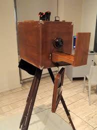 NICEPHORE NIEPCE (1765-1833) Joseph Nicéphore Niépce, né le 7 mars 1765 à Chalon-sur-Saône (actuelle Saône-et-Loire) est un ingénieur français, considéré comme étant l'inventeur de la photographie, appelée alors « procédé héliographique ». Il est aussi l'auteur de la plus ancienne prise de vue et du pyréolophore, le premier moteur à combustion interne du monde.