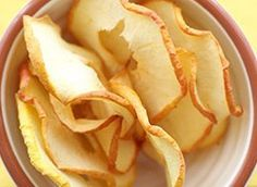 Make apple chips yourself - Kochen und Backen - Raw Food Recipes Dried Apple Chips, Cinnamon Apple Chips, Homemade Recipe Books, Homemade Pasta, Yummy Healthy Snacks, Healthy Baking, Healthy Chip Alternative, Raw Food Recipes, Healthy Recipes