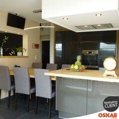 Grande et belle cuisine grise brillante avec ilot cuisson et repas - Oskab