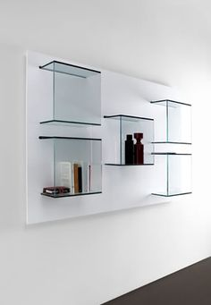 #excll #дизайнинтерьера #решения В современном интерьере  стеклянные изделия стали неотъемлемой частью дизайна: изящные журнальные столики, барные стойки , ширмы, невидимые полки и этажерки.  Все это может быть выполнено как полностью из стекла, так и в комбинации с другими материалами — любой вариант обречен на успех.