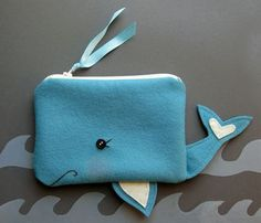 A Whale of a Pouch by blueberrybandit on Etsy Animal Bag, Felt Gifts, Diy Bags Purses, Felt Purse, Diy Couture, Creation Couture, Patchwork Bags, Little Bag, Kids Bags