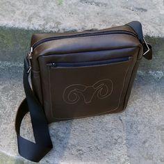 Стильная сумка дизайнерская мужская в подарок Handmade brown leather предназначена для подарка мужчине, поклоннику свободного городского стиля. Сумка выполнена из натуральной кожи, застежка – молния, регулируемая по длине ручка. Внутри изделие имеет общий отдел и отделение для телефона, размер