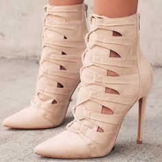 Merezco zapatos nuevos: DAJ - My style - Zapatos Ideas Fashion Boots, Sneakers Fashion, Fashion Outfits, New Shoes, Shoes Heels, High Heels, Heeled Boots, Bootie Boots, Rain Boots