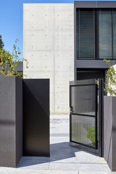 The Melbourne home that Architecton Director Nick Lukas designed for himself and his family balances the simplicity of rectilinear forms and raw materials such as concrete, steel and glass with elegant, detailed interiors. Externally, the architecture reads as a series of intersecting light and dark planes. #architecture #design #dreamhouse #housegoals