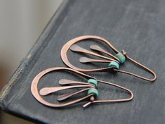 Swing oval hoop earrings with metal fringe and turquoise in antique copper or sterling silver, rusti Bijoux Wire Wrap, Wire Wrapped Earrings, Copper Earrings, Copper Jewelry, Crystal Earrings, Wire Jewelry, Beaded Jewelry, Jewelery, Handmade Jewelry