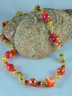 Collier cristal de Bohême rouge irisé, Murano rouge au centre et détails vieil or pour cet élégant collier flamboyant : Collier par jade-et-cristal-de-marie