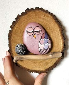 Diy Geschenke Weihnachten Backen Lucky Owl created with river stones on slice of wood. Ready to be hung thanks to the hole in the back. This bird of prey, along with the owl, represents clairvo Pebble Painting, Pebble Art, Stone Painting, Stone Crafts, Rock Crafts, Arts And Crafts, Painted Rock Animals, Painted Rocks Kids, Painted Wood