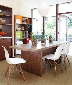 Weiße Attraktive Küchenstühle Neben Einem Hölzernen Tisch   Im Hellen