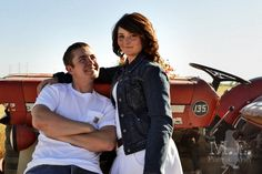 MariaElenaPhotography: Engagement and couple photography session in a farm with tractor.