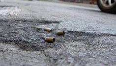 Regresó al país a ayudar a su familia y encontró la muerte / Caracas.- De tres balazos en la espalda asesinaron a Eduardo Hostos cuando llegaba a su casa en la entrada de Los Frailes de Catia, el viernes pasado a las 9:00 pm. Hostos, de 32 años de edad, acababa de llegar de la ciudad de Nueva York, donde estuvo viviendo seis meses,