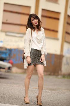 Soft grey jupe drapée escarpins léopard blouse col bijou  photo
