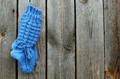 """Toiset lasten sukat, jotka olen todennut hyviksi ovat nämä """"Sirkka-Liisan sukat"""". Tällä mallilla on meille neulonut sukkia Ukin sis..."""