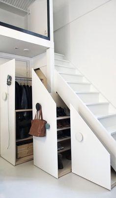 meuble sous escalier avec penderie et étagères de rangement pour les chaussures