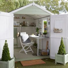 tips for creating a garden room Expert advice on designing a fabulous garden room from interior designer Julia Kendell.Expert advice on designing a fabulous garden room from interior designer Julia Kendell. Garden Shed Interiors, Summer House Interiors, Craft Shed, Diy Shed, Studio Hangar, Shiplap Sheds, Shed Office, Shed Makeover, Studio Shed