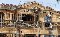 En imagen del jueves 1 de agosto de 2013, trabajadores de la construcción instalan ventanas en un complejo de apartamentos en Tempe, Arizona. Las cifras sugieren que el sector vivienda sigue impulsando el crecimiento económico pese al aumento en las tasas de interés de las hipotecas. (Foto AP/Ross D. Franklin)
