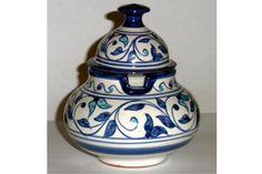 Los azucareros están elaborados por artesanos procedentes de Granada que han recreado las antiguas técnicas de alfarería de la época hispano musulmana. Disponible en dos tamaños:  capacidad de 2 tazas: 26€ capacidad de 6 tazas: 29€