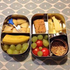 Fruit, tomaatjes, kaas, appel-haverkoek en lekkere kabouterpopcorn #meenaarschool (Kabouterpopcorn = gepofte quinoa)