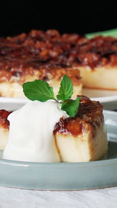 Recipe with video instructions: This gooey, delicious caramel apple pudding may just be exactly the excuse you need to go apple picking this fall! Apple Recipes, Sweet Recipes, Baking Recipes, Cake Recipes, Dessert Recipes, Easy Desserts, Delicious Desserts, Yummy Food, Tasty