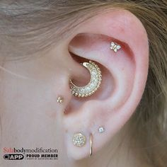 My talented GF and partner in crime@cathykarlsen showing us her gold and diamonds in that amazing @bvla Inara clicker in her daith and a cute gold butterfly from @maria_tash matching with some @neometaljewelry triple bead gold top and prong Cz accompanied with a seamless gold ring from @leroifinejewelry Some cool thing happened on my snapchat :salabodymod #gold#bvla#mariatash#neometal#leroifinebodyjewelry #earcandy#earpiercings #pinpointpiercing #pinpoint #daithpiercing #traguspierc...