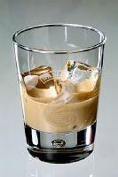 Receptbázis - Bailey's recept I. - 2 dl tejszín,1 dl hideg kávé,1 csomag vaníliáscukor,1 púpos evőkanál porcukor,2 teáskanál kakaó nescquik,pár csepp vanília aroma,fél liter konyak vagy rum vagy whiskey, - kicsit erősebb,, A hozzávalókat magas falu edénybe tesszük és kézi mixerrel habosra keverjük. Üvegbe töltjük és lehűtjük a hűtőben 4-5 órán át.