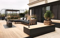Iron, wood and travertine in this amazing terrace in Rome #InteriorDesign Garden Architecture, Beautiful Architecture, Architecture Design, Townhouse Garden, Modern Townhouse, Rooftop Terrace Design, Rooftop Garden, Roof Design, Outdoor Landscaping