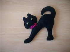 Labores de loli: GATO FIELTRO Dog Crafts, Cute Crafts, Animal Gato, Barbie Sewing Patterns, Clay Cats, Witch Cat, Felt Embroidery, Cat Silhouette, Felt Cat