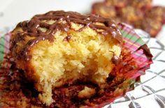 Μια πανεύκολη συνταγή για πεντανόστιμα κεκάκια με το υπέροχο άρωμα και γεύση του ινδοκάρυδου χωρίς αλεύρι. Απολαύστε τα με το ρόφημά σας ή σκέτα. Greek Sweets, Greek Desserts, Candy Recipes, Sweet Recipes, Cookbook Recipes, Cooking Recipes, Cooking Tips, Coconut Macaroons, Mini Cakes