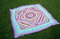 Eigentlich sollte es nur ein kleines Mandala-Kissen werden, aber dann konnte ich nicht mehr aufhören, diese wunderschöne Decke nachzuarbeiten... Aus Sophie's Mandala wurde Sophie's Garden und am Ende kam das gesamte Sophie's Universum dazu. Es hätte sogar noch weitergehen können, soviel Spaß hat es gemacht, all den wunderbaren Farben und Formen beim Wachsen zuzuschauen!