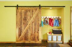 un vestiaire à porte industrielle et coulissante, crochets muraux