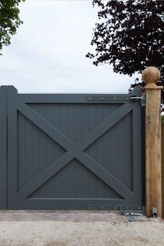 Remarkable Modern fence post caps,Privacy fence lowes and Modern fence gate design. Front Yard Fence, Front Gates, Dog Fence, Entrance Gates, Small Fence, Pallet Fence, Fence Landscaping, Backyard Fences, Garden Fencing