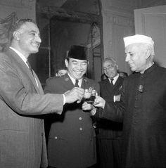 Pemimpin UEA Abdul Nasser (Kiri), Soekarno (Tengah), dan Perdana Menteri India Pandit J. Nehru (Kanan) bersulang dalam pembentukan Gerakan Non-Blok