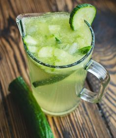 Cucumber water is one of the most refreshing and healthy drinks. Check out this list of health benefits of cucumber water (+ refreshing drink recipes). Cucumber Lemonade, Cucumber Drink, Cucumber Detox Water, Mint Lemonade, Easy Drink Recipes, Healthy Recipes, Cucumber Health Benefits, Sour Foods, Nutrition