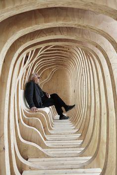 Les étudiants en première année d'architecture et d'urbanisme de l'Académie des beaux-arts d'Estonie ont conçu et réalisé ce refuge intitulé «READER».  Cette structure a été montée en cinq jours, elle est composée principalement de panneaux de contreplaqué de pin. Sa forme extérieure cubique cache un intérieur tout en rondeur qui rappelle les pages d'un livre. Ce module invite les gens à se reposer et a s'éloigner du tumulte urbain dans un cocon semblable à une grotte.