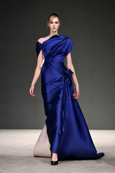 Phuong My Spring 2019 Ready-to-Wear Fashion Show Collection: See the complete Phuong My Spring 2019 Ready-to-Wear collection. Look 35 Blue Fashion, Fashion Week, Runway Fashion, Fashion Brand, Style Couture, Haute Couture Fashion, Couture Dresses, Women's Fashion Dresses, Style Bleu